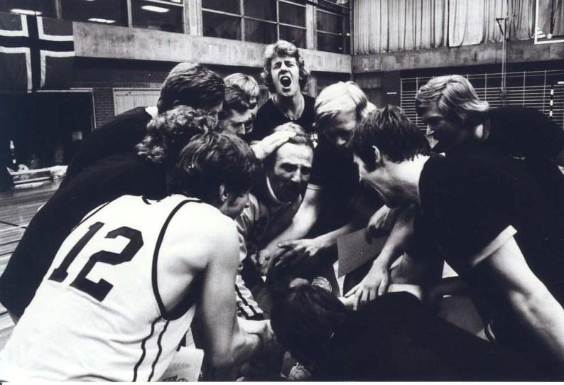 Den lille mannen i midten med en coach-vri som kanskje passet bedre på 70-tallet enn i dag.