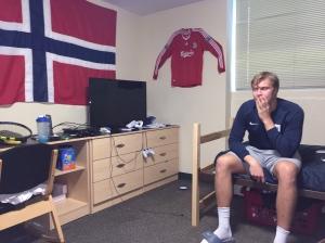 Ingen tvil om at det bor en nordmann her, og Johannes trives selv om det bor over 4 meter basketballspillere på veldig få kvadratmetre.